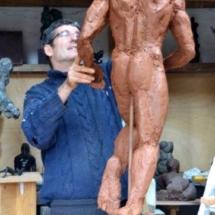 entrain de sculpter le grand danseur.-